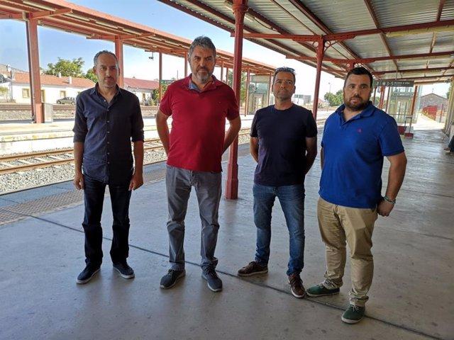 Miembros de Podemos en una estación de tren de Ronda.
