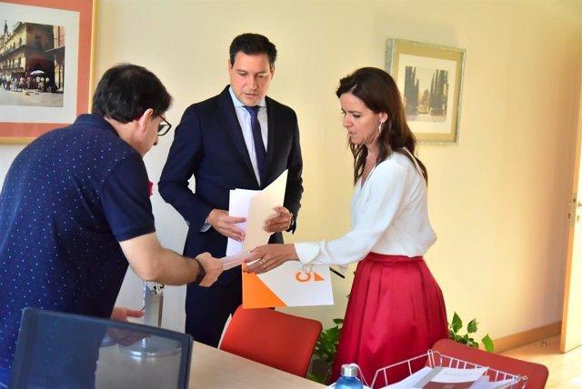 Ana Carlota Amigo y Raúl de la Hoz registran la solicitud para la creación de las tres comisiones de investigación en las Cortes