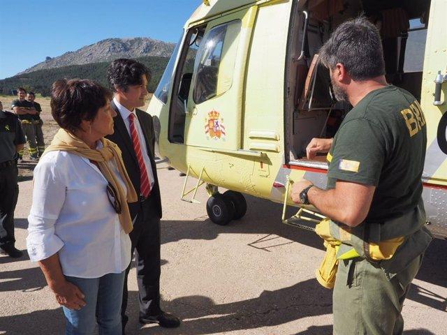 La delegada del Gobierno, Mercedes Martín, y el subdelegado en Ávila, Arturo Barral, en la base de la BRIF del Puerto del Pico.