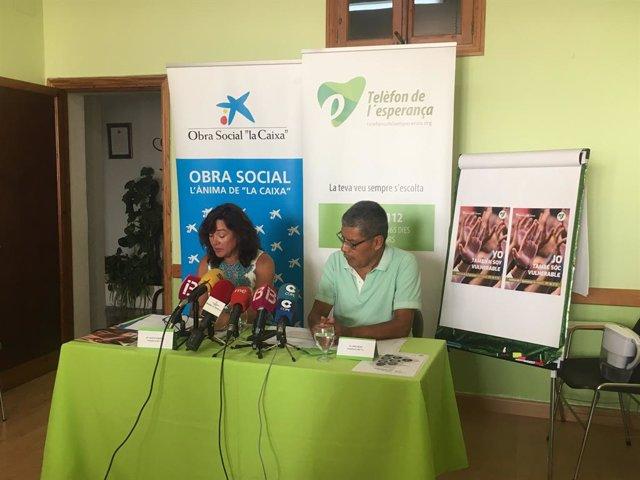 El portaveu del Telèfon de la Esperança, Lino Salas, i Alicia González, coordinadora de la unitat comunitària Son Gibert per a persones amb Trastorns Mentals Greus de l'IB Salut.