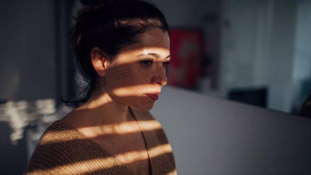 Mujer pensativa, depresión, deprimida, triste