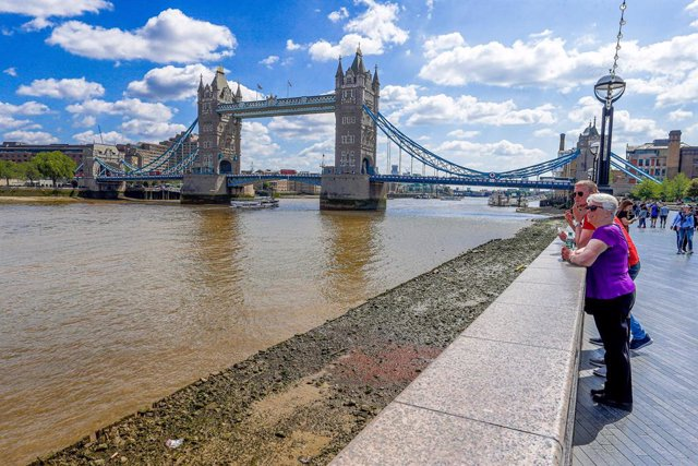 Turistas junto al Tower Bridge de Londres.