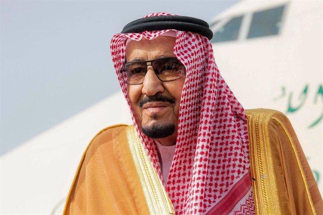 El rey Salmán de Arabia Saudí en el aeropuerto de Riad