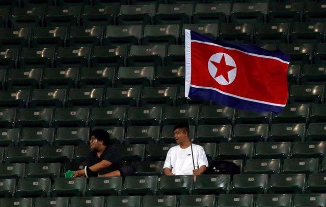 Bandera de Corea del Norte en un estadio