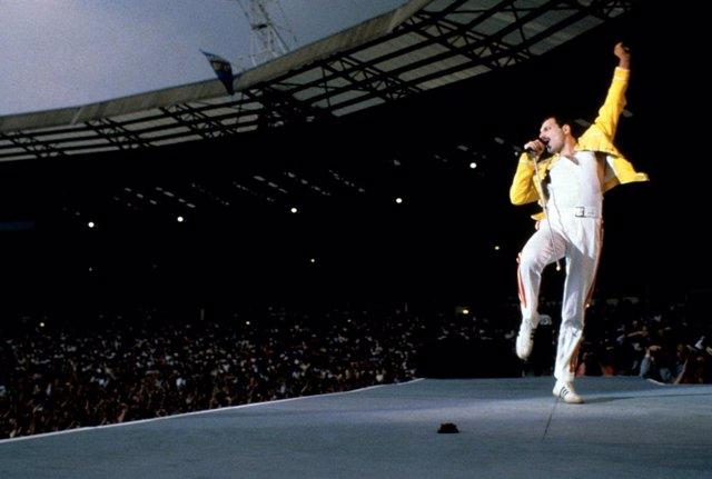 Freddie Mercury durante la presentación de Queen en el Estadio de Wembley en 1986.