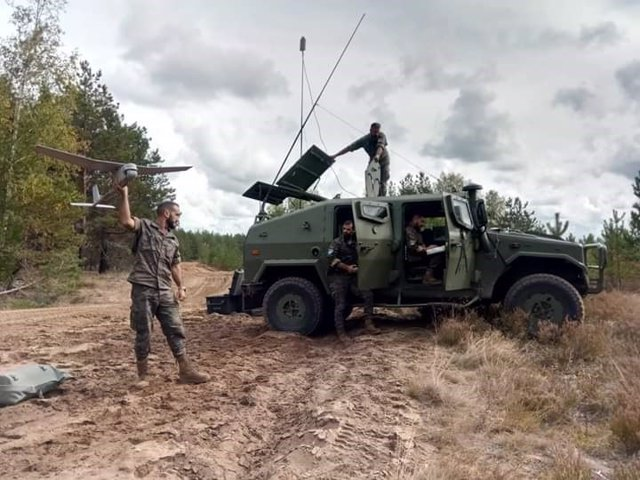 Un militar de la Brigada Extremadura XI desplegado en Letonia con un dron 'Raven'