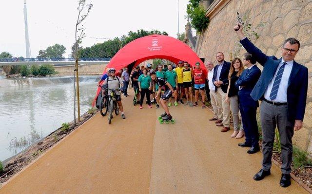 Ciclistas, patinadores y 'runners' han estrenado esta mañana el nuevo trayecto de la margen izquierda de 'Murcia Río', en una carrera lúdica cuya salida ha dado el alcalde de Murcia, José Ballesta, acompañado por miembros de la Corporación municipal