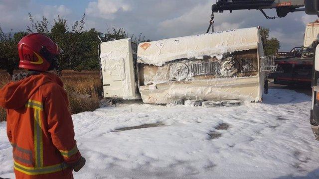 El camión accidentado en el momento de la intervención de la grúa