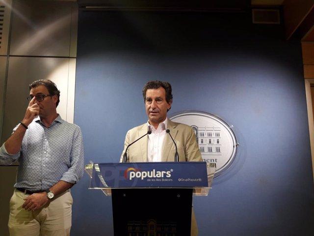Los parlamentarios populares, Antoni Costa y Biel Company, en rueda de prensa.