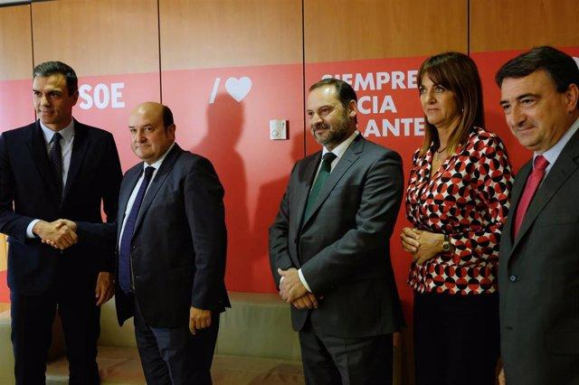 (I-D) El presidente del Gobierno en funciones, Pedro Sánchez, mantiene una reunión con el presidente del PNV, Andoni Ortuzar, el ministro de Fomento en funciones José Luis Ábalos, la presidenta del PSE Idoia Mendia y el portavoz del PNV en el Congreso, Ai