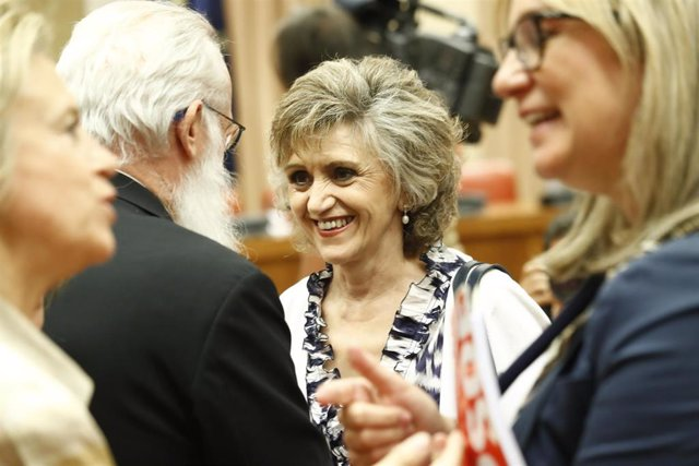 La ministra de Sanidad Consumo y Bienestar Social, María Luisa Carcedo (c) a su llegada al Congreso de los Diputados para su comparencia en Comisión de Sanidad en relación con el brote de listeriosis originado en Andalucía.