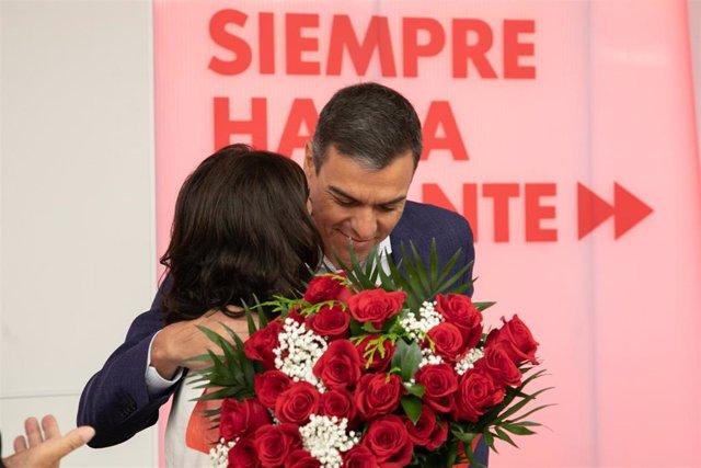 El presidente en funciones del Gobierno de España, Pedro Sánchez, felicita a la presidenta del Gobierno de La Rioja, Concha Andreu, por su elección.