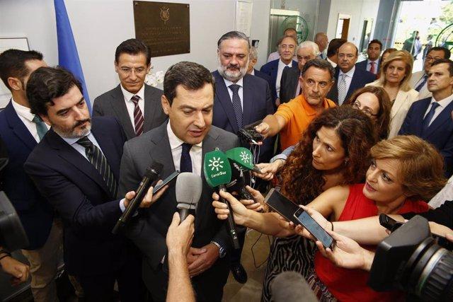 El presidente de la Junta de Andalucía, Juanma Moreno, atiende a los medios