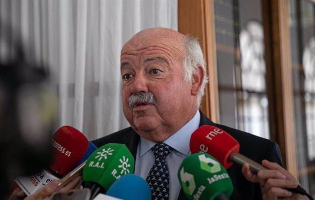 El consejero de Salud y Familias, Jesús Aguirre atiende a los medios en los pasillos del Parlamento andaluz