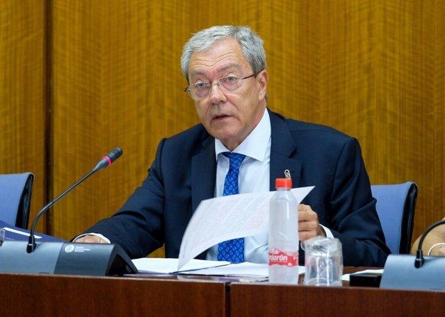 El consejero de Economía, Conocimiento, Empresas y Universidad, Rogelio Velasco, comparece en comisión parlamentaria. (Foto de archivo).