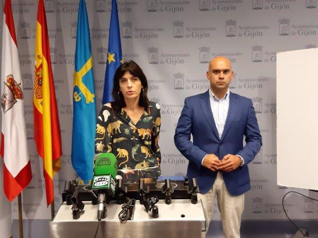 Jesús Martinez Salvador y Ana Braña,  de Foro Gijón, en rueda de prensa en el Ayuntamiento