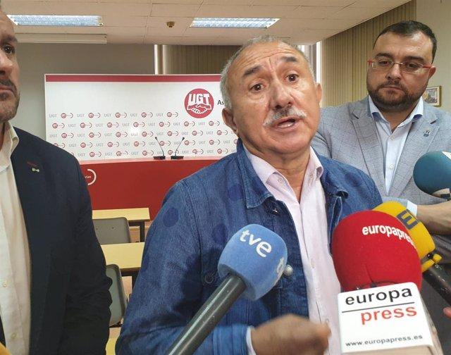 El secretario general de UGT, Pepe Álvarez,  junto al presidente del Principado, Adrián Barbón,  atiende a los medios.