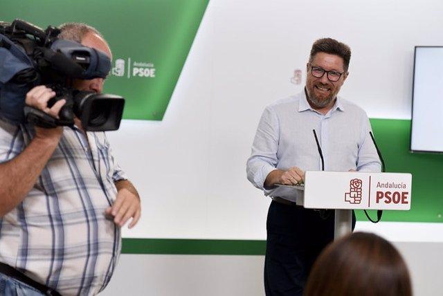 El portavoz adjunto del Grupo Socialista en el Parlamento andaluz, Rodrigo Sánchez Haro, en rueda de prensa
