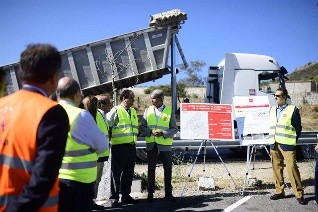 El consejero de Transportes, Movilidad e Infraestructuras, durante la visita a las obras de la carretera M-505