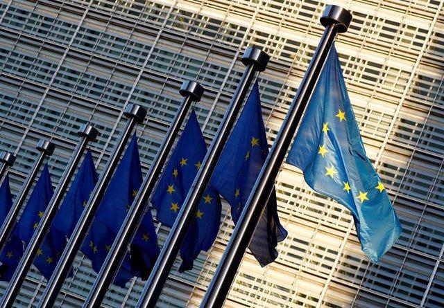 Banderas de la UE frente a la sede de la Comisión Europea