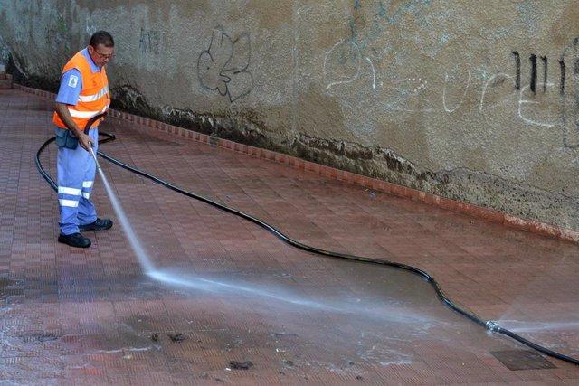 Un operario limpia la vía pública