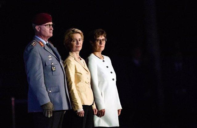 Von der Leyen en su acto de despedida del Ministerio de Defensa junto a su sucesora, Annegret Kramp-Karrenbauer, y un alto mando militar