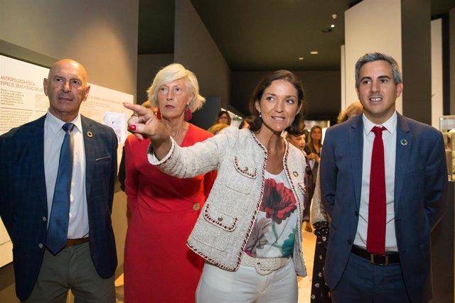 La ministra de Turismo en funciones, Reyes Maroto, visita el MUPAC con el vicepresidente,  Pablo Zuloaga, y la consejera deTurismo,Marina Lombó