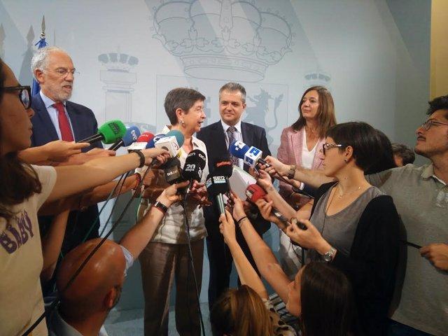 Teresa Cunillera en declaraciones a los medios tras la reunión