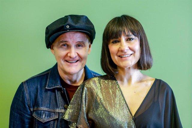 Juan Aguirre y Eva Amaral, integrantes del grupo 'Amaral' posan durante una entrevista para Europa Press en la que han presentado su disco 'Salto al color'.