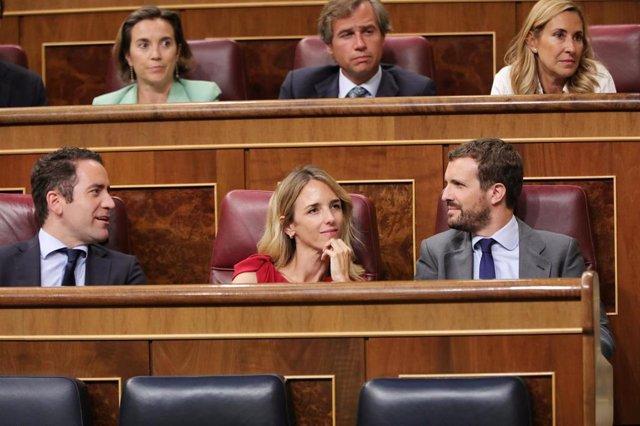 (i-d) El secretario general del PP Teodoro García Egea, la portavoz del PP en el Congreso Cayetana Álvarez de Toledo y el presidente del PP Pablo Casado durante el Pleno extraordinario en el Congreso para tratar la gestión del 'Open Arms'.
