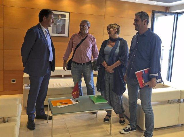 El consejero de Obras Públicas, Ordenación del Territorio y Urbanismo, José Luis Gochicoa, se reúne con representantes del sindicato TU