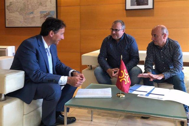 El consejero de Obras Públicas, Ordenación del Territorio y Urbanismo, José Luis Gochicoa, recibe al alcalde de Bárcena de Pie de Concha, Gumersindo Ranero