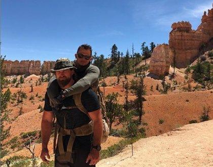 Carga a sus espaldas a un compañero que perdió las piernas durante la guerra para llevarlo a la cima de una montaña
