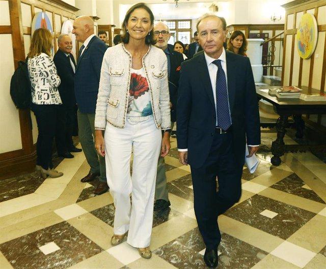 El presidente de Farmaindustria, Martín Sellés, y la ministra de Indusria, Reyes Maroto, en la UIMP