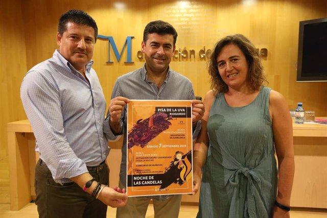 El diputado provincial y concejal en Riogordo, Francisco Oblaré, y el alcalde de Riogordo, Antonio Alés, presentan la programación de la tradicional 'Noche de las Candelas'