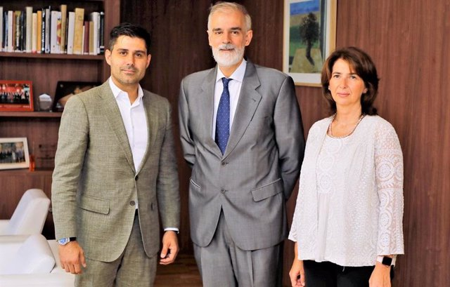 El presidente de AFE, David Aganzo, con representantes de las universidades españolas
