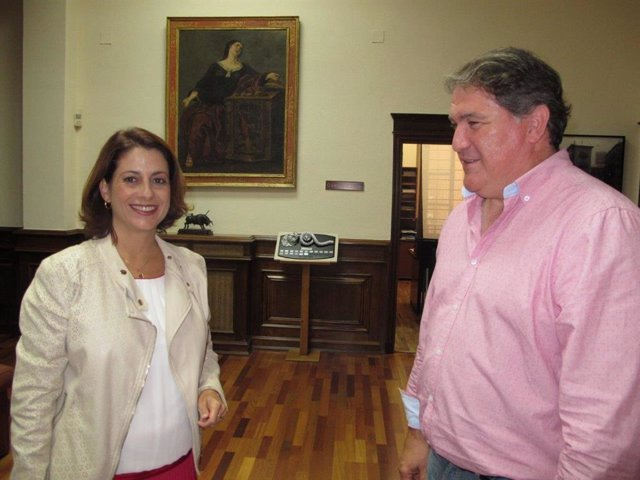 La acaldesa de Teruel, Emma Buj, y el concejal de Infraestructuras, Juan Carlos Cruzado,