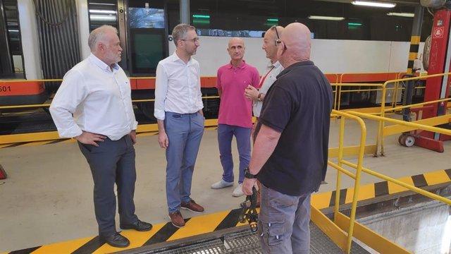 España, en el centro, en la visita a los nuevos trenes del TRAM