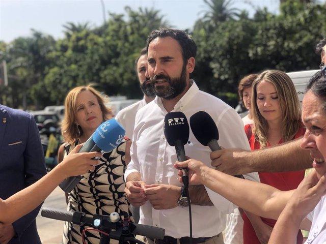 El portavoz municipal del PSOE, Daniel Pérez, atiende a los medios
