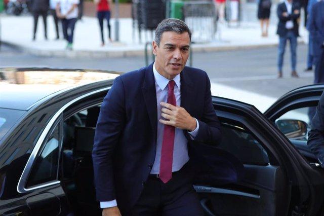 El presidente del Gobierno en funciones, Pedro Sánchez, llega a la sede de la agencia EFE en Madrid para participar en el I Desayuno Efeminista.