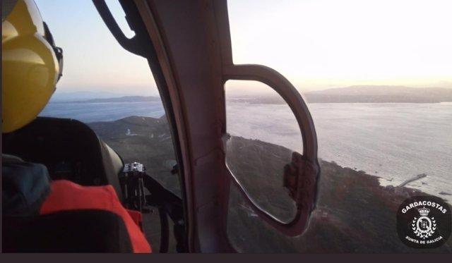 Gardacostas de Galicia ha trasladado a un hombre herido desde la Illa de Ons hasta el Hospital Álvaro Cunqueiro