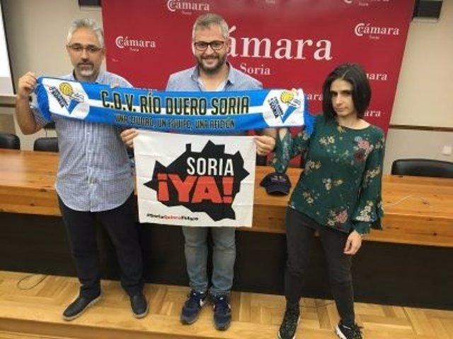 De Izda A Dcha, Carlos Vallejo, Alfredo Cabrerizo Y Esther López En La Presentación De La Camiseta.