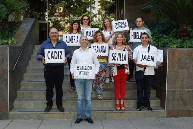 Imagen de archivo de funcionarios interinos de la Junta de Andalucía que presentaron 51.600 firmas para pedir la estabilización por concurso de méritos.