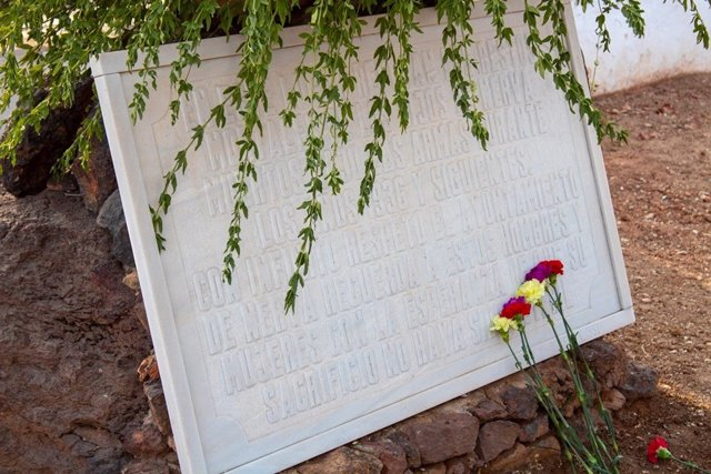 Lápida en memoria de las víctimas del fascismo en Huelva.