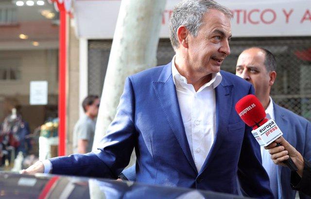 El expresidente del Gobierno, José Luis Rodríguez Zapatero, sale de un restaurante de Madrid un día después de que se conociese que la Unidad Central Operativa (UCO) de la Guardia Civil acusa al Gobierno que el presidía de elaborar un decreto para enrique