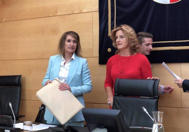 La consejera de Educación, Rocío Lucas (izquierda), se dispone a intervenir acompañada por la presidenta de la Comisión de Educación, Paloma Vallejo.