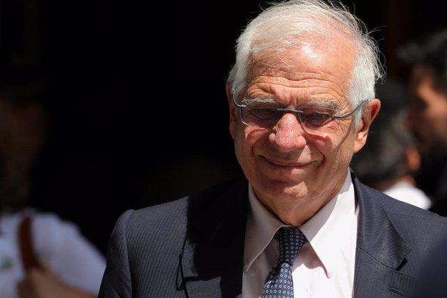 El ministro de Exteriores en funciones, Josep Borrell, a la salida del Congreso de los Diputados tras la segunda votación para la investidura del candidato socialista a la Presidencia del Gobierno, la cual ha resultado fallida.