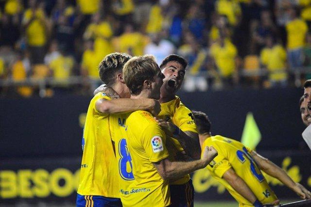 Varios jugadores del Cádiz CF celebran un gol.