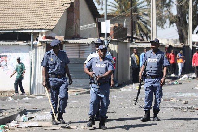 Policías patrullan las calles de Johanesburgo tras los disturbios