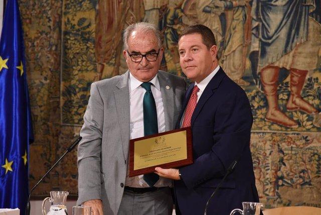 El Colegio Oficial de Enólogos de Castilla-La Mancha entrega al presidente de C-LM el título de 'Colegiado de Honor'.